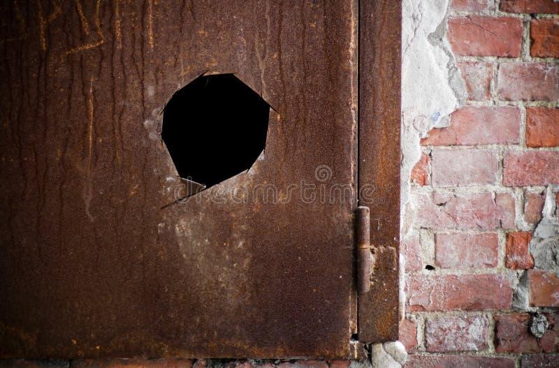 O metal oxidou porta com furo foto de stock royalty free