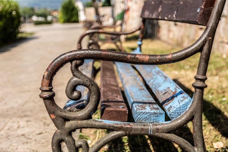 O metal oxidou o punho no banco de madeira no parque imagens de stock royalty free
