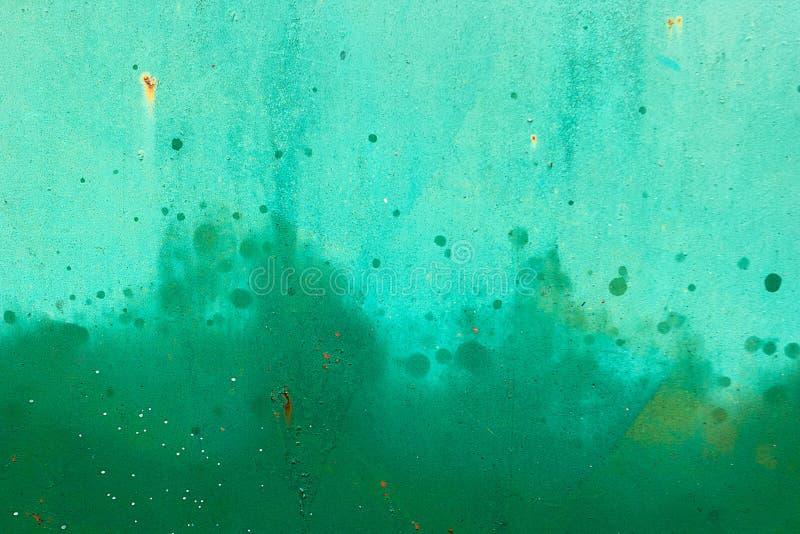 O metal verde pintado surge com pintura à pistola Textura do fundo fotografia de stock royalty free