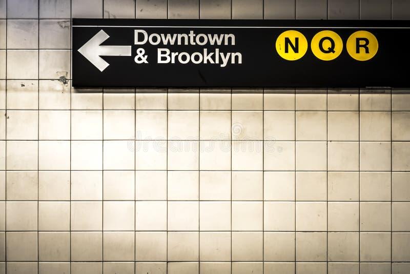 O metro assina dentro Manhattan imagem de stock