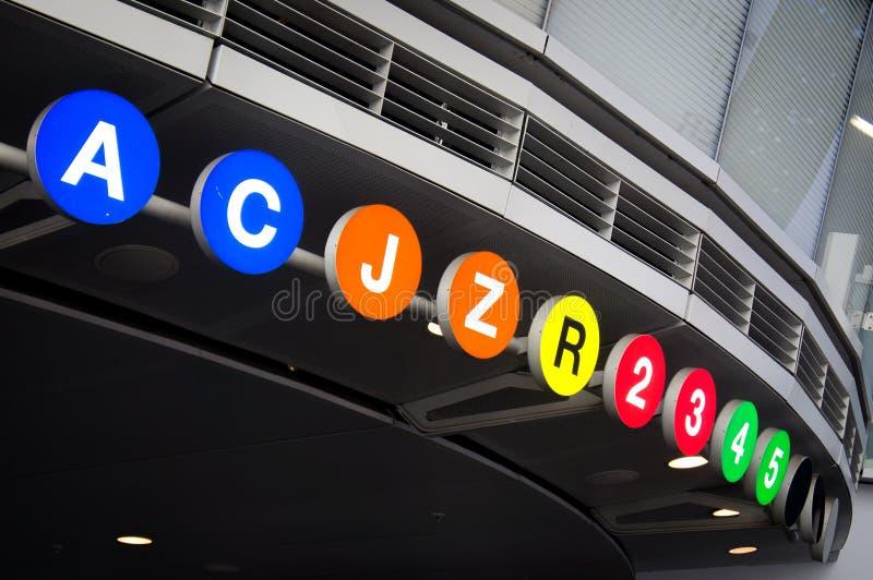O metro de New York City alinha na entrada à estação de Fulton Center foto de stock