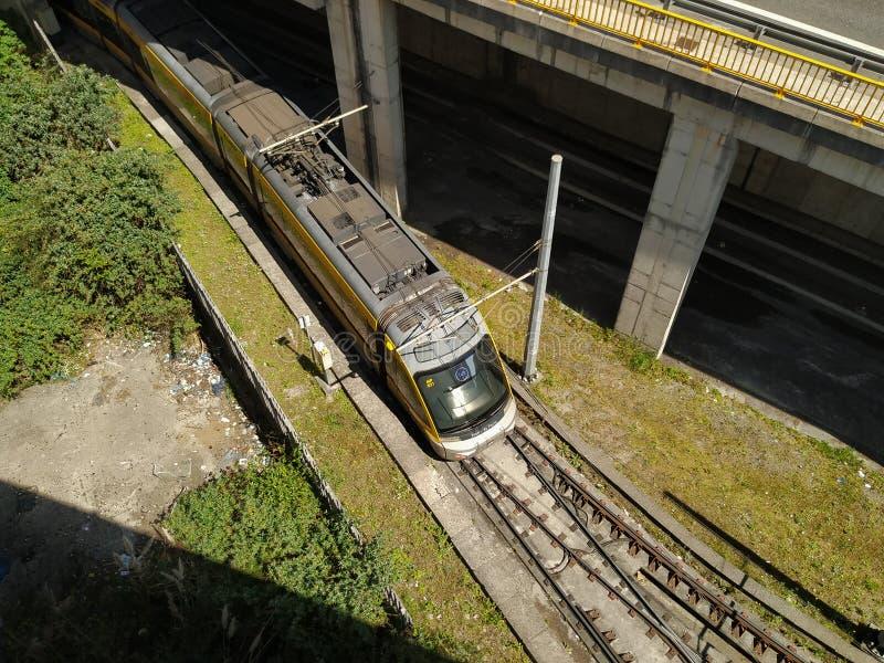 O metro faz o trem de Porto de cima de, chegando em Estadio faz a esta??o de Dragao fotografia de stock