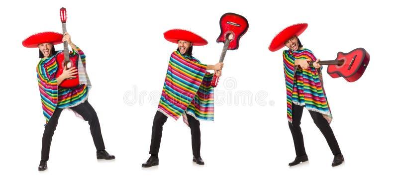 O mexicano no poncho vívido que mantém a guitarra isolada no branco imagens de stock royalty free