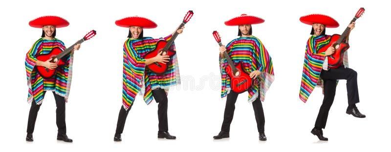 O mexicano no poncho vívido que mantém a guitarra isolada no branco imagens de stock