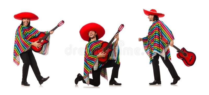 O mexicano no poncho vívido que mantém a guitarra isolada no branco foto de stock
