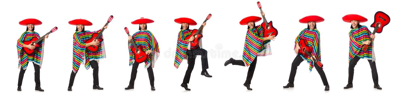 O mexicano no poncho vívido que mantém a guitarra isolada no branco imagem de stock royalty free