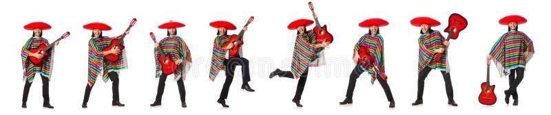 O mexicano no poncho vívido que mantém a guitarra isolada no branco fotos de stock