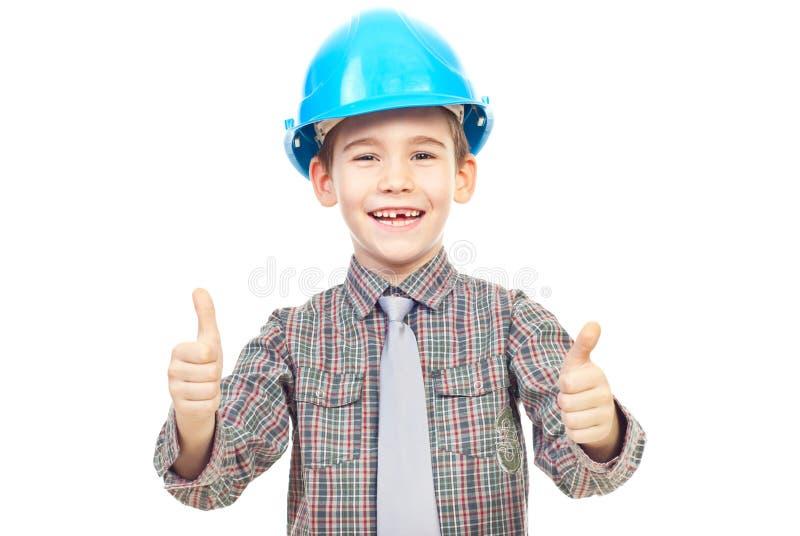O miúdo de riso com capacete dá os polegares fotos de stock royalty free
