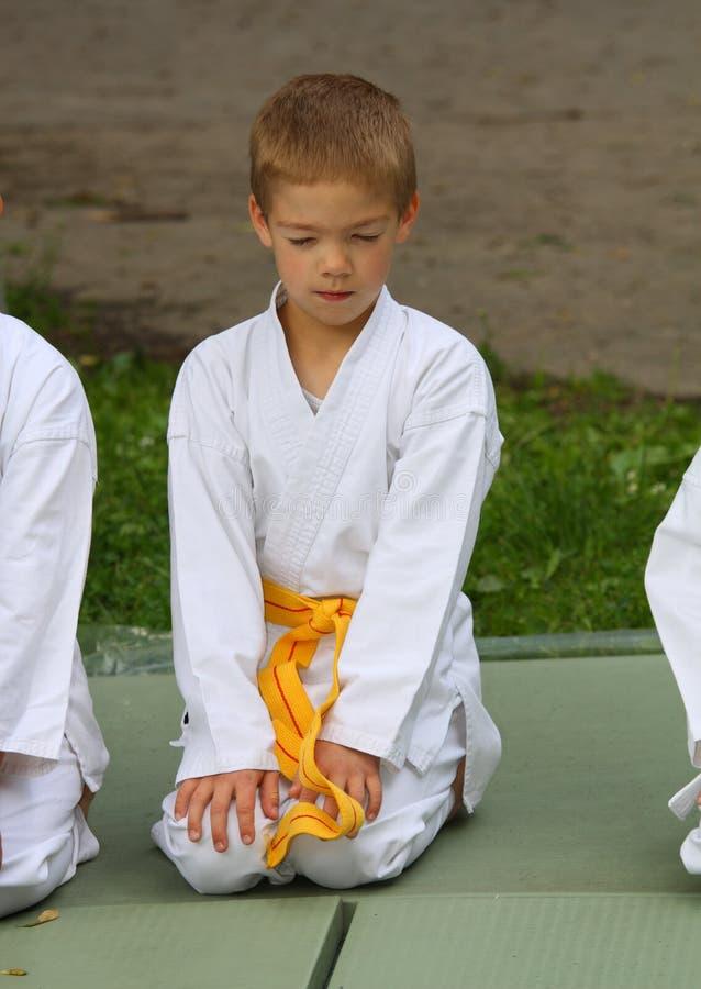 O miúdo do karaté na competição fotografia de stock