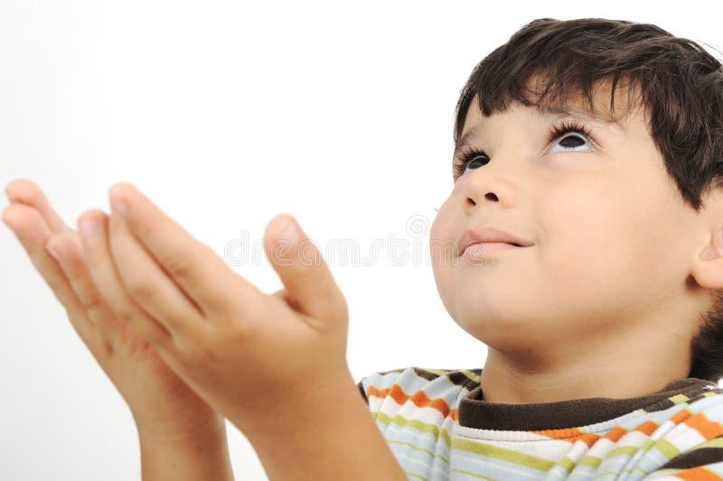 O miúdo muçulmano pequeno praying foto de stock