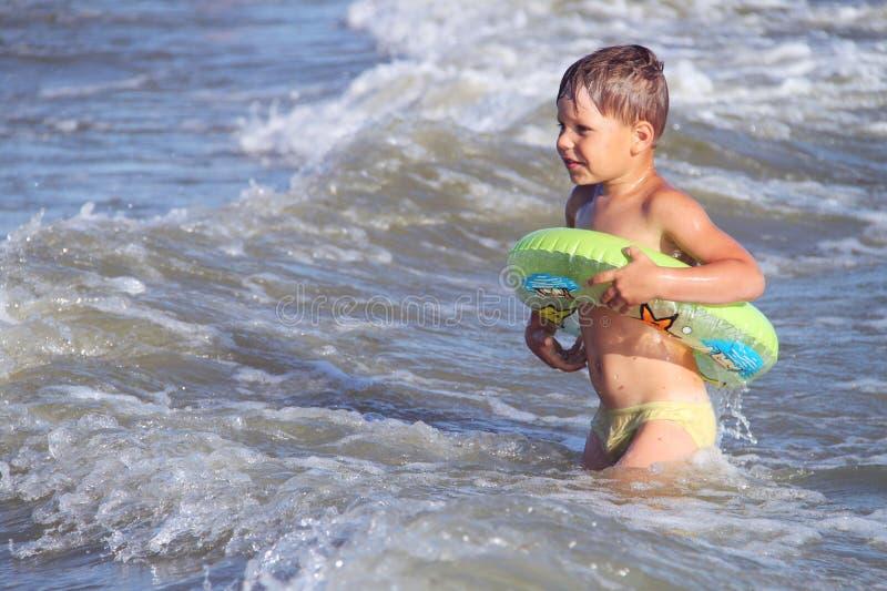 O miúdo na praia fotografia de stock royalty free