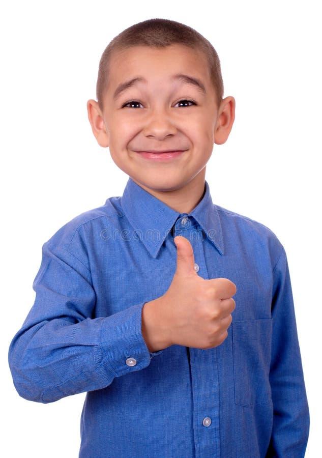 O miúdo que faz os polegares levanta o sinal imagens de stock royalty free