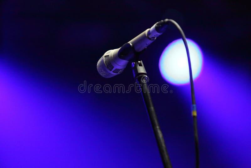 O microfone na fase antes do concerto fotos de stock