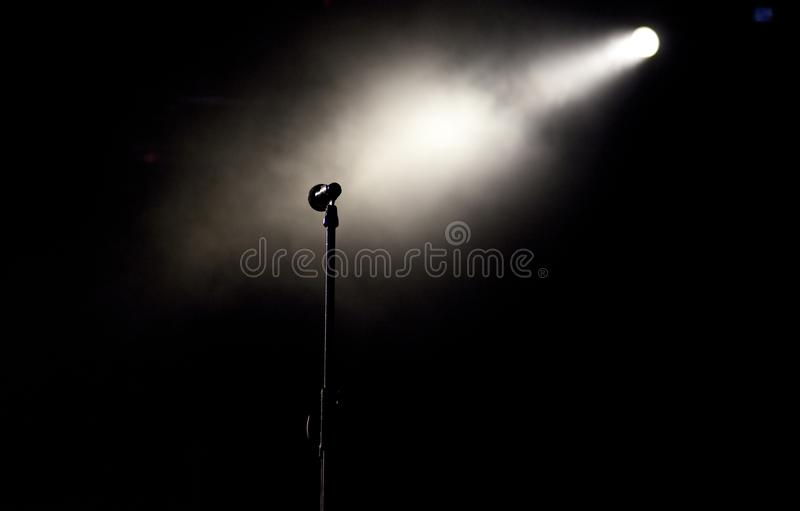 o microfone na fase ilumina-se durante o concerto - festiva da música do verão fotos de stock royalty free