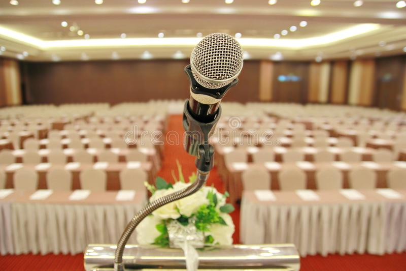 O microfone no suporte do pódio no centro da sala preparou-se para a reunião do seminário imagens de stock
