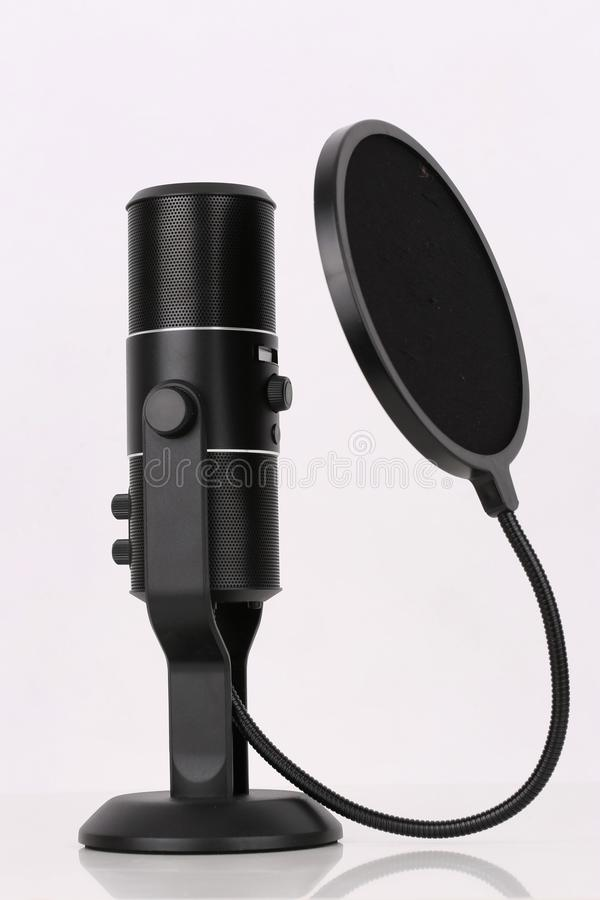 O microfone preto está esperando uma música fotos de stock royalty free