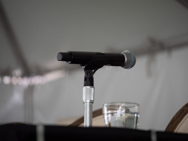 O microfone que senta-se em presenter's apresenta o orador de espera fotografia de stock royalty free