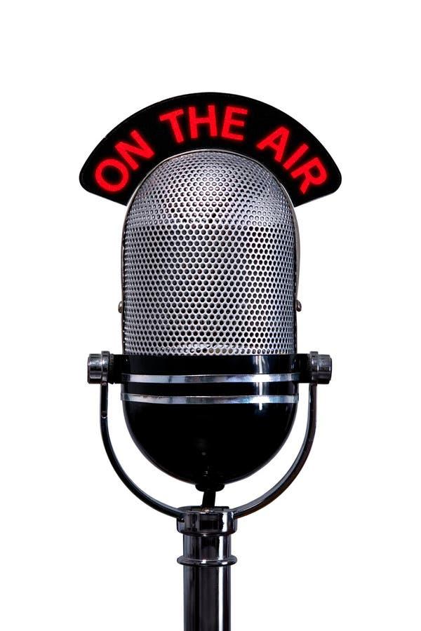 O microfone retro com no sinal do ar cortou fotos de stock royalty free