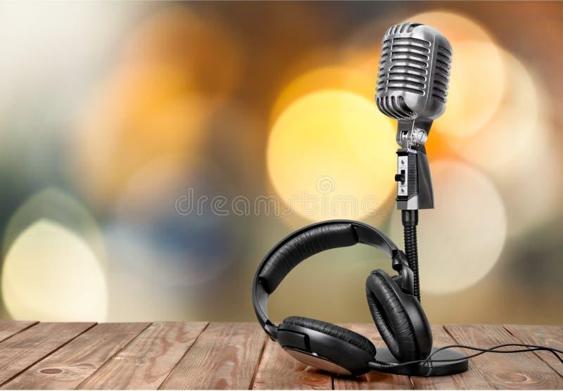 O microfone retro e os fones de ouvido do estilo wooben sobre foto de stock royalty free