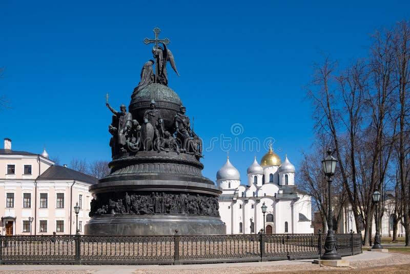 O mil?nio do monumento de bronze de R?ssia foi erigido em 1862 no Kremlin de Novgorod com Saint Sophia Cathedral atr?s fotografia de stock royalty free