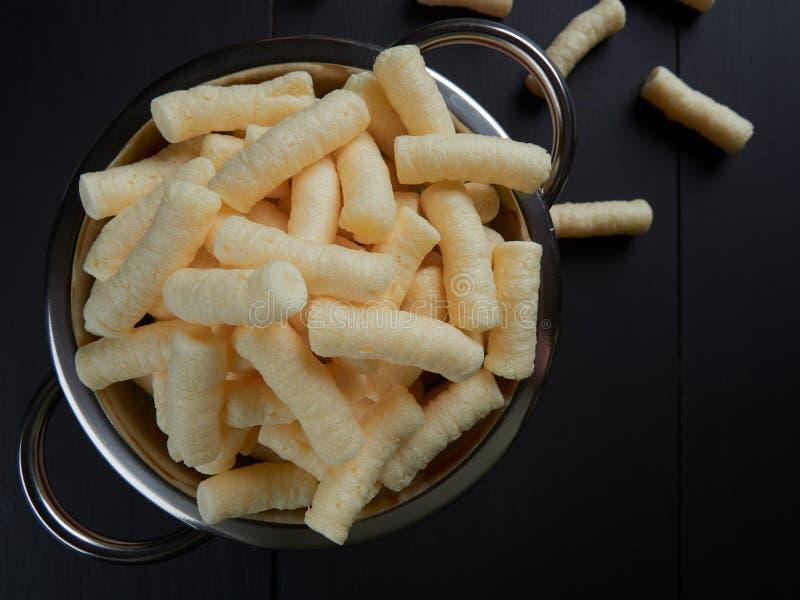 O milho salgado delicioso sopra petisco, igualmente conhecido no Romanian como o pufuleti fotos de stock