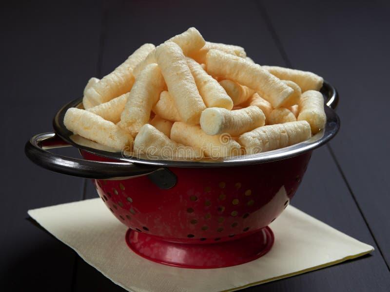 O milho salgado delicioso sopra petisco, igualmente conhecido no Romanian como o pufuleti fotografia de stock royalty free