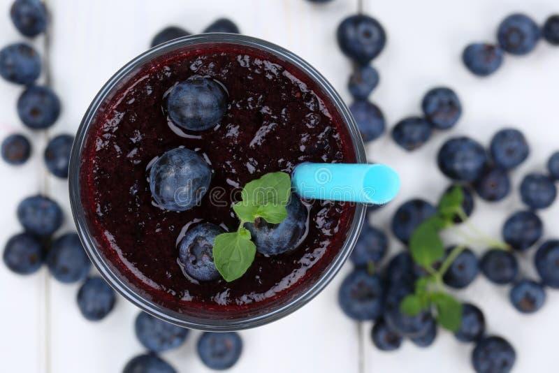 O milk shake do suco de fruto do batido do mirtilo com mirtilos frutifica fotografia de stock