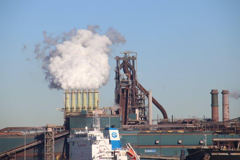 O minério de carvão e de ferro é descarregado em navios do mar na fábrica de aço de Tata em IJmuiden os Países Baixos fotos de stock