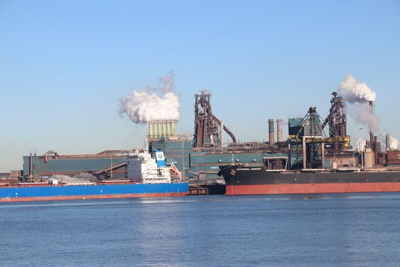 O minério de carvão e de ferro é descarregado em navios do mar na fábrica de aço de Tata em IJmuiden os Países Baixos foto de stock