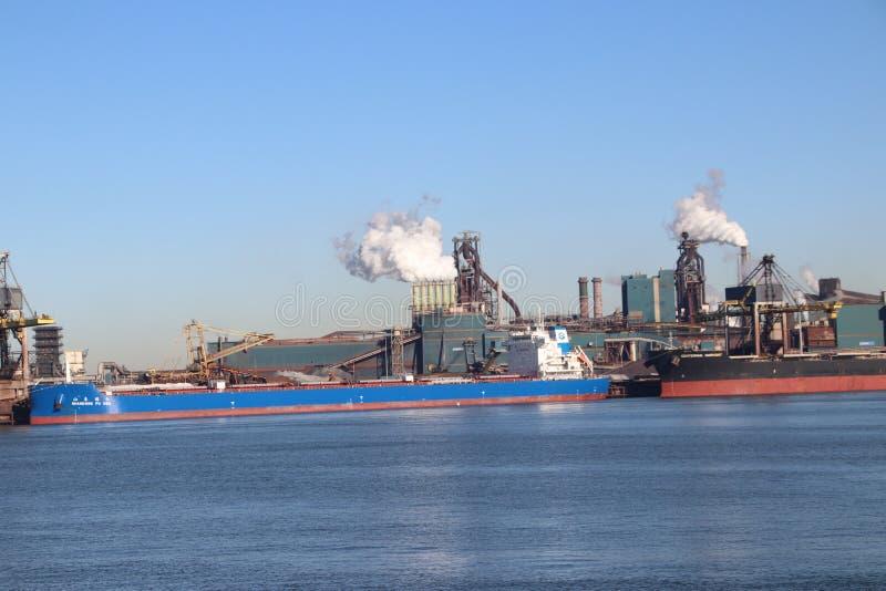 O minério de carvão e de ferro é descarregado em navios do mar na fábrica de aço de Tata em IJmuiden os Países Baixos foto de stock royalty free