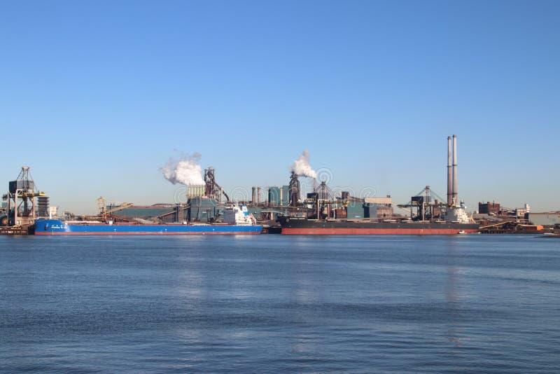 O minério de carvão e de ferro é descarregado em navios do mar na fábrica de aço de Tata em IJmuiden os Países Baixos imagens de stock royalty free