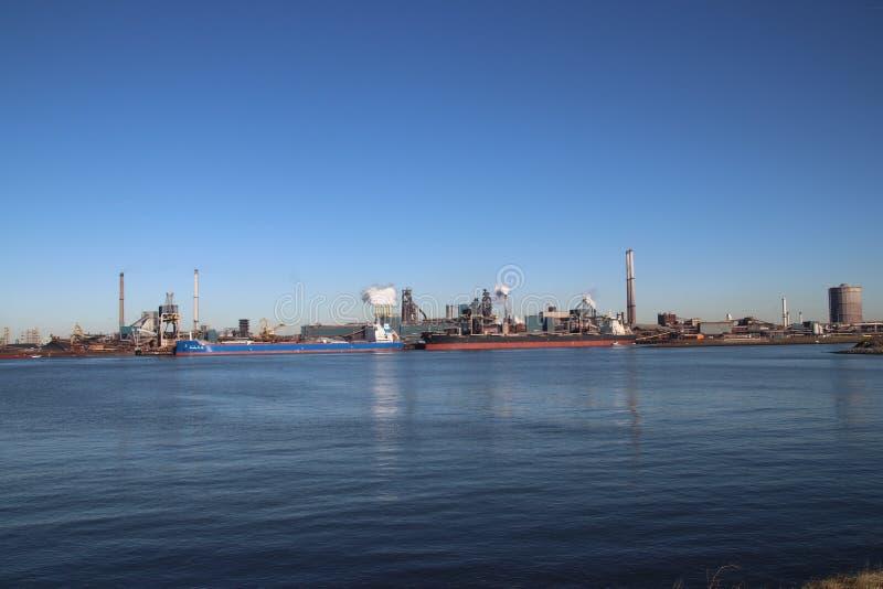 O minério de carvão e de ferro é descarregado em navios do mar na fábrica de aço de Tata em IJmuiden os Países Baixos imagem de stock