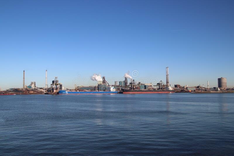 O minério de carvão e de ferro é descarregado em navios do mar na fábrica de aço de Tata em IJmuiden os Países Baixos imagens de stock