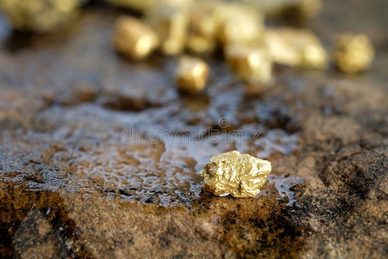 O minério do ouro encontrou na mina em uma pedra imagens de stock