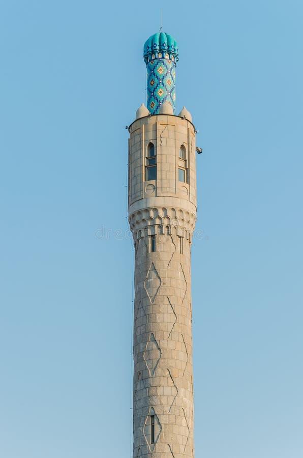 O minarete majestoso da mesquita da catedral contra o c?u azul fotos de stock royalty free