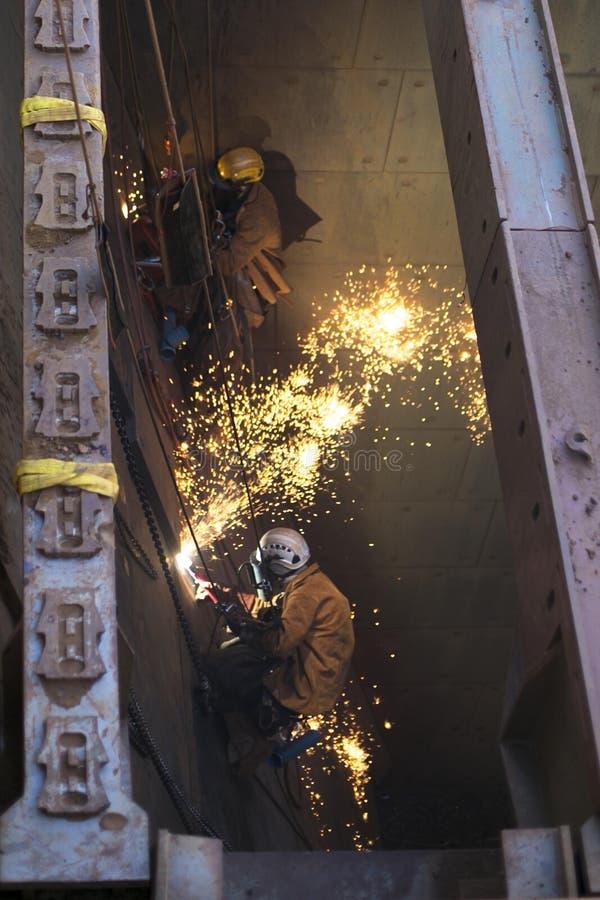 O mineiro masculino do acesso da corda está vestindo o capacete do chicote de fios de segurança, da proteção quente do equipament fotografia de stock royalty free