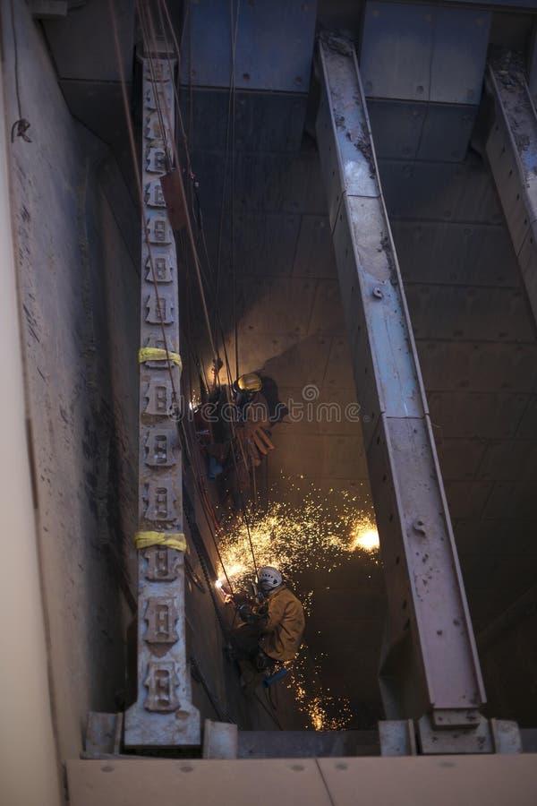 O mineiro masculino do acesso da corda está vestindo o capacete do chicote de fios de segurança, da proteção quente do equipament fotografia de stock