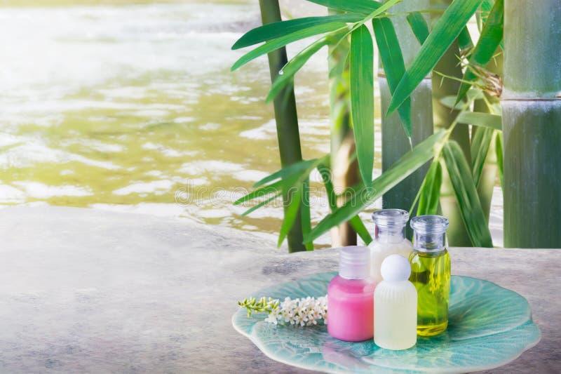 O mini grupo de banho de espuma e o chuveiro coagulam o flo do líquido e do frangipani imagem de stock royalty free