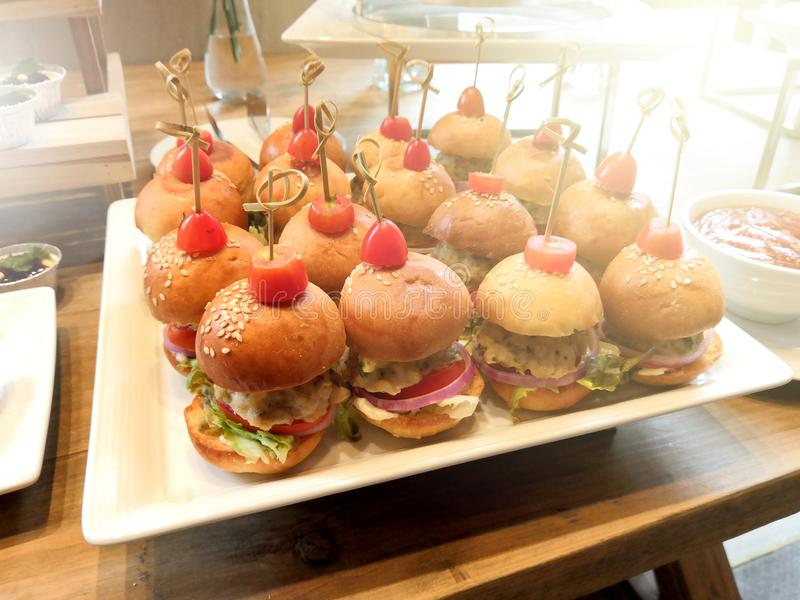 O mini Hamburger estava no prato imagem de stock royalty free