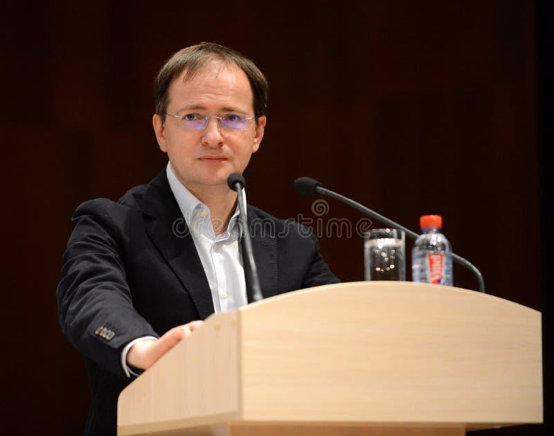 O ministro de cultura da Federação Russa Vladimir Medinsky está dando uma leitura em Kaluga imagens de stock royalty free