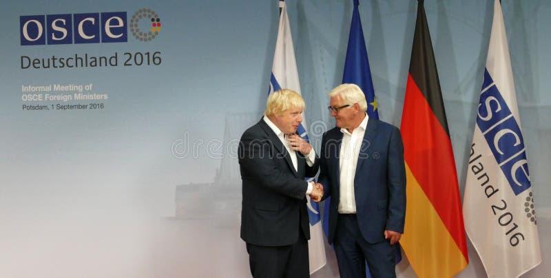 O Ministro dos Negócios Estrangeiros federal Dr Frank-Walter Steinmeier dá boas-vindas a Boris Johnson imagem de stock