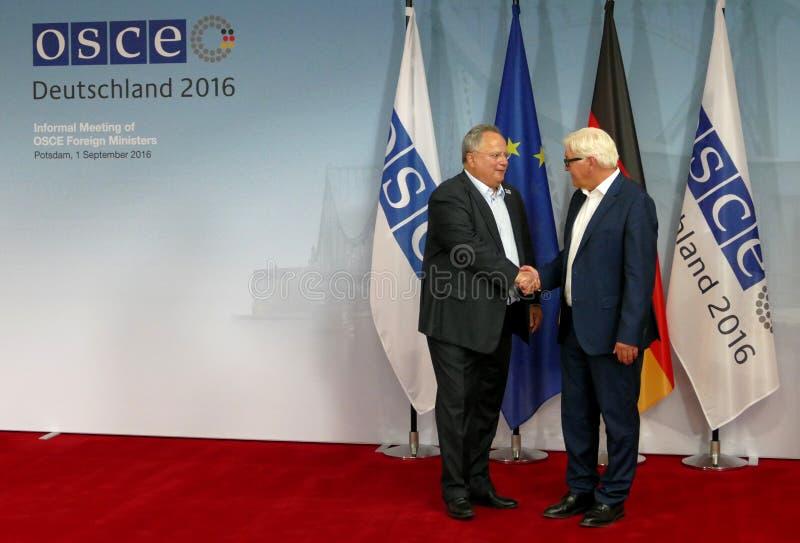 O Ministro dos Negócios Estrangeiros federal Dr Frank-Walter Steinmeier dá boas-vindas a Nikos Kotsiaz imagens de stock royalty free