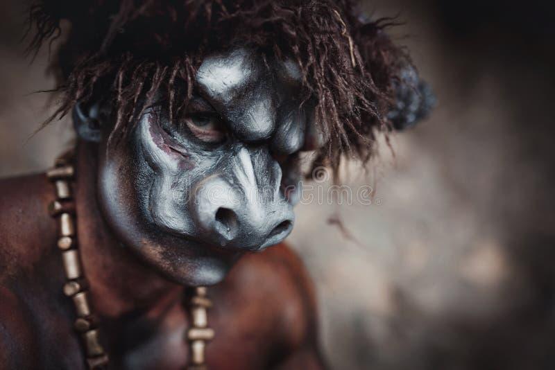 O minotaur irritado do homem do bodyart com o machado na caverna fotografia de stock royalty free