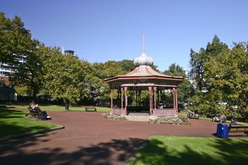 O miradouro de madeira vitoriano histórico com metal cebola-deu forma ao telhado, e a grama e as árvores em Albert Park, Auckland foto de stock royalty free
