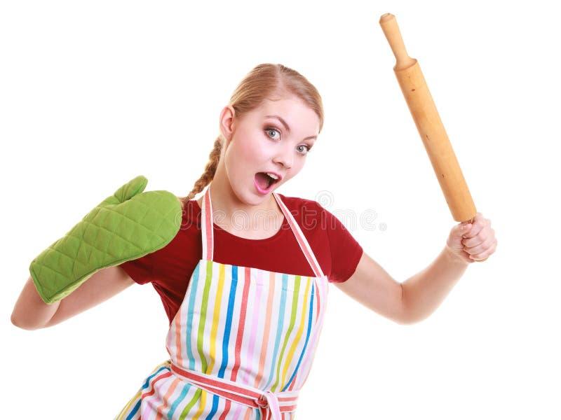O mitene engraçado do forno do avental da cozinha da dona de casa mantém o pino do rolo isolado imagens de stock royalty free