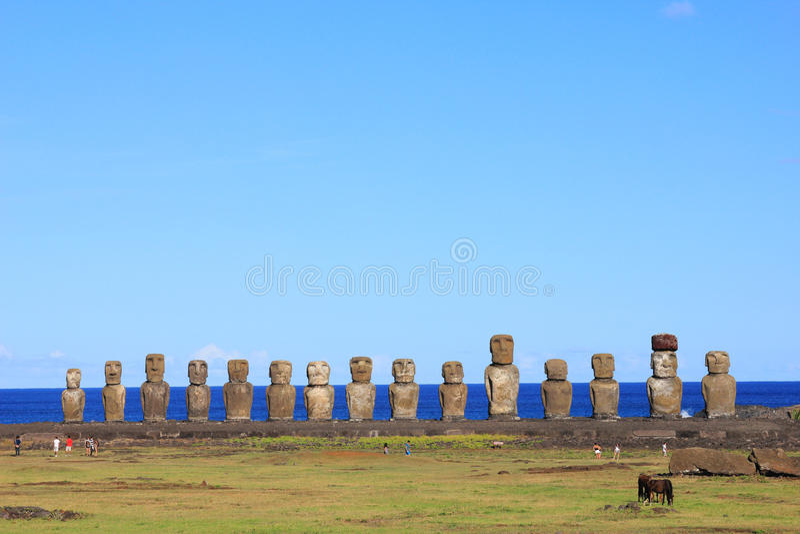 O moai quinze famoso em Ahu Tongariki, Ilha de Páscoa imagem de stock royalty free