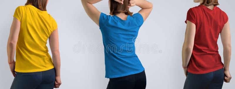 O modelo ajustou-se com a mulher bonita ativa no iso vazio do t-shirt fotos de stock royalty free