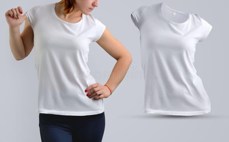 O modelo ajustou-se com a mulher bonita ativa no t-shirt vazio e imagem de stock