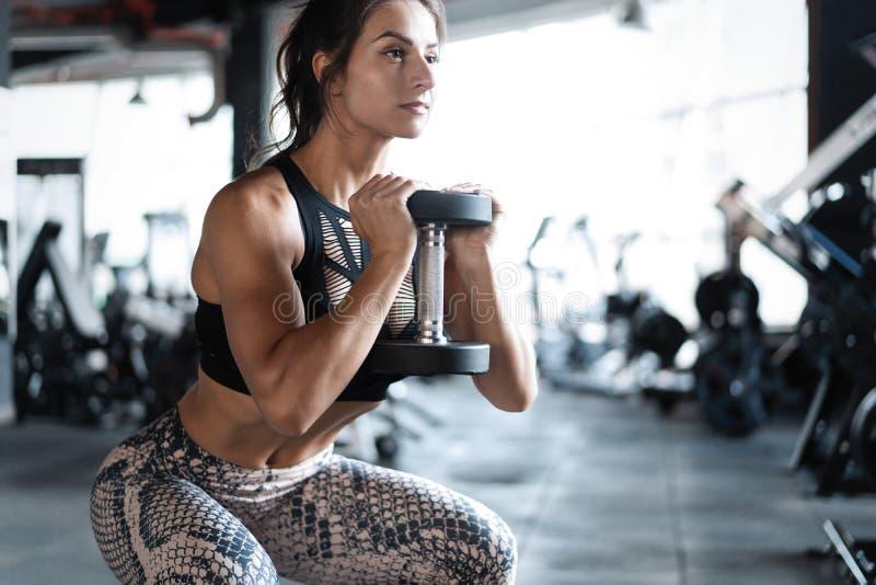 O modelo atlético da aptidão da jovem mulher que faz ocupas exercita, estilo de vida saudável do esporte do conceito fotografia de stock royalty free
