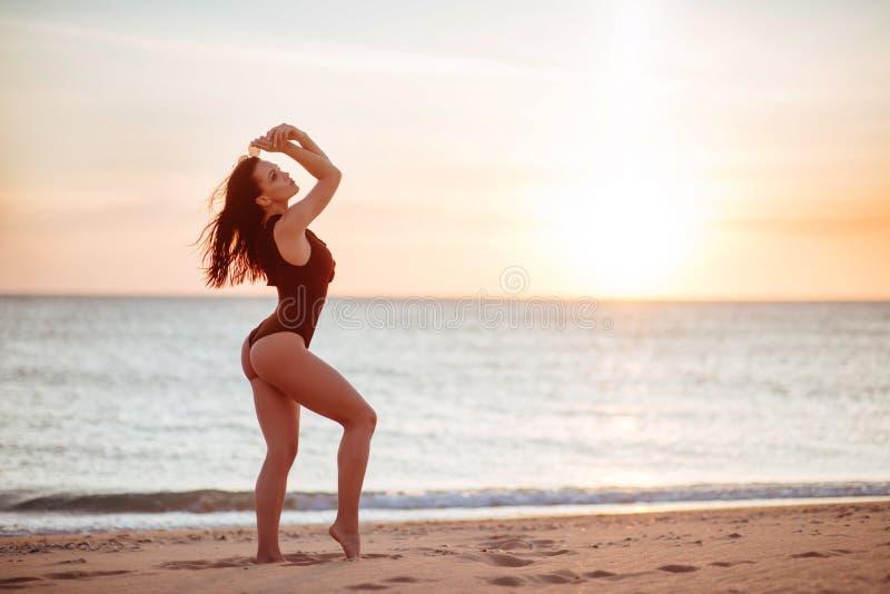 O modelo bonito do biquini no por do sol foto de stock royalty free